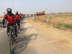 ¿Por qué 500 monjas van en bicicleta por el Himalaya?