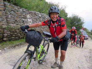 2 Per què 500 monges anant en bicicleata per l'Himalàia